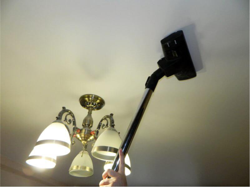 как пылесосить натяжной потолок